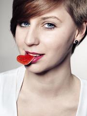 Frau mit Süßigkeiten im Mund