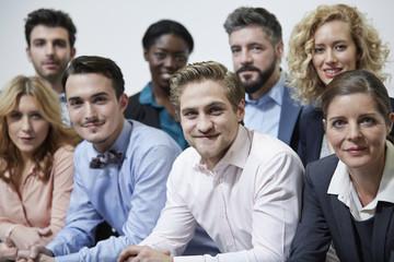 Deutschland, Gruppe von Geschäftsleuten, lehnt am Geländer