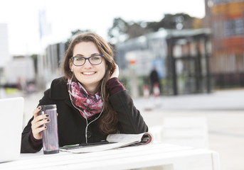Schüler Musik hören im Freien
