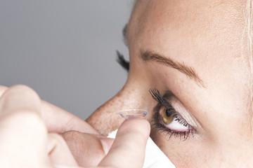Deutschland, München, junge Frau mit Kontaktlinsen