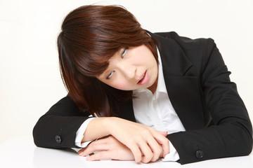 睡魔に襲われるビジネスウーマン