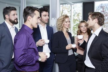 Deutschland, Geschäftsleute trinken Kaffee im Büro