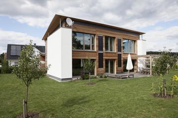 Deutschland, Nürnberg, Blick auf moderne Haus mit Garten
