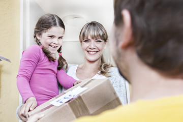 Deutschland, Köln, Mutter und Tochter, die Briefe vom Briefträger