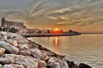 Spanien, Palma, Mallorca, Ansicht der Kathedrale von Palma de bei Sonnenaufgang