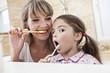 Deutschland, Köln, Mutter und Tochter Zähneputzen im Badezimmer