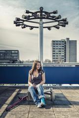 Deutschland, Schleswig Holstein, Kiel, Junge Frau sitzt mit Krücken