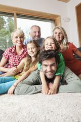 Deutschland, Nürnberg, Familie im Wohnzimmer