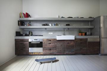 Innenraum der Küche mit Skateboard
