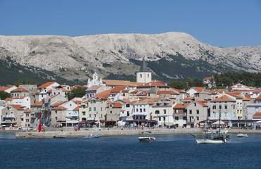 Kroatien, Ansicht der Hafen von der Insel Krk, Baska Stadt in Grond