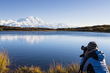 USA, Alaska, Seniorin, die Foto des Mount McKinley in Denali National Park