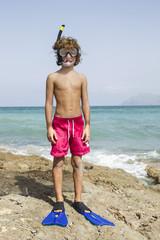 Spanien, Junge mit Taucherausrüstung am Strand