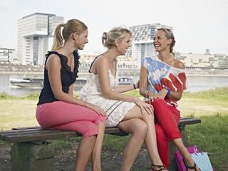 Deutschland, Köln, junge Frauen in der Nähe von Hafen lachen