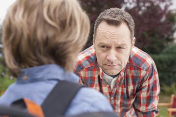 Deutschland, Leipzig, Vater mit Sohn wütend, während er die Schule
