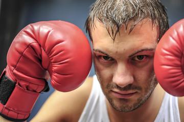 Boxer mit roten Boxhandschuhen