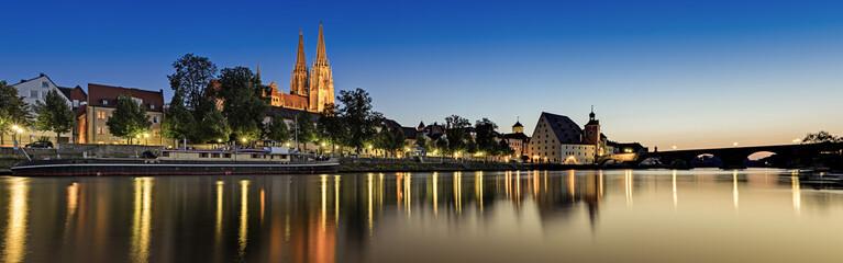 Deutschland, Bayern, Regensburg, Ansicht von Schifffahrtsmuseum und der Kathedrale in Donau
