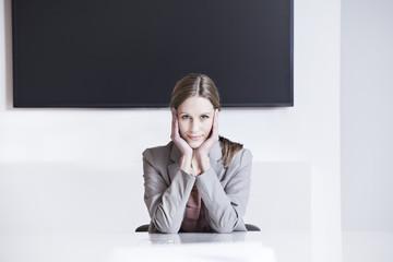 Deutschland, Köln, Geschäftsfrau sitzt im Konferenzraum