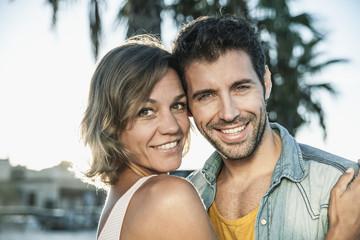 Spanien, Paar umarmen