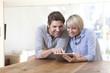 Deutschland, München, Senioren Paar mit Tablet PC
