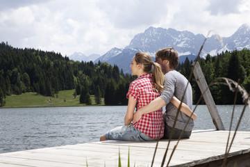Deutschland, Paar sitzt auf Steg