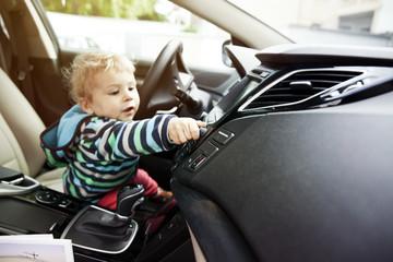 Deutschland, Bonn, Baby, Drehknopf im Auto