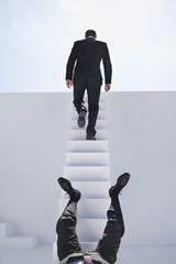 Geschäftsleute fallen nach unten und gehen Treppe hoch