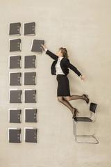 Geschäftsfrau, die auf Bürostuhl Vermittlung Aktenordner