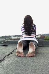Deutschland, Hamburg, Junge Frau auf Dach liegen
