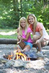 Österreich, Freunde vorbereiten Grill am Lagerfeuer