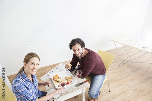 Paar  Mittagessen im neuen Haus