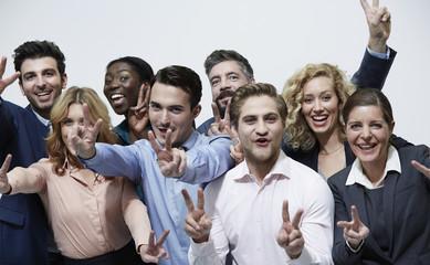 Deutschland, Gruppe von Geschäftsleuten, Victory-Zeichen