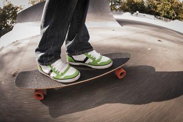 Deutschland, Düsseldorf, Mann steht auf Skateboard