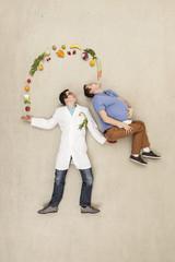 Mann wirft Früchte in einer anderen manns Mund