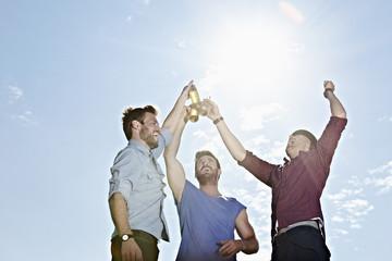 Deutschland, Köln, Junge Männer trinken Bier