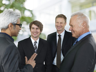 Konversation von vier Geschäftsleuten