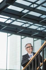 Deutschland, Stuttgart, Geschäftsmann laufen auf Büro-Treppe