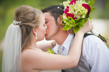USA, Texas, Braut und Bräutigam küssen am Hochzeitstag