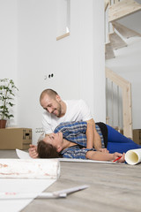 Junge Paare, die in neues Haus umziehen, eine Pause