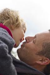 Deutschland, Kiel, Vater küssen seine Tochter