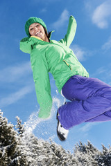 Österreich, Salzburg, Frau, springen im Schnee