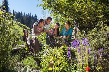 Österreich, Land Salzburg, Familie, Gartenparty