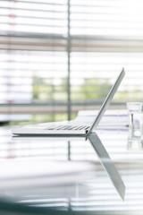 Deutschland, Hannover, Laptop auf Konferenztisch