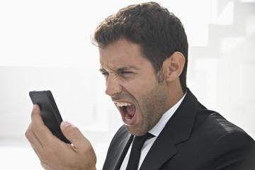 Spanien, Geschäftsmann schreiend auf dem Handy