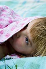 Deutschland, Baden Württemberg, Mädchen unter Tuch versteckt