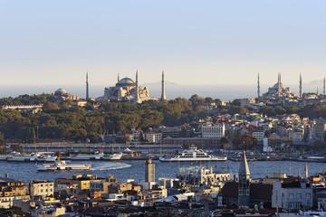 Türkei, Istanbul, Blick von Beyoglu über das Goldene Horn mit der Hagia Sophia und der Sultan -Ahmed-Moschee