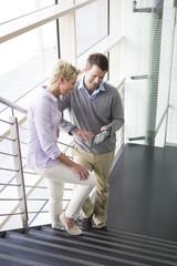 Deutschland, Hannover, Geschäftsleute mit Tablet PC