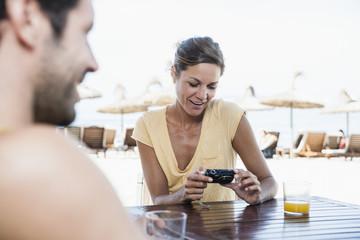 Spanien, Paar mittleren Alters am Strand Café