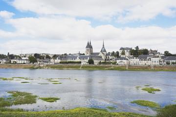 Frankreich, Blois, Ansicht der St. Nikolaus-Kirche und Königsschloss mit Fluss Loire