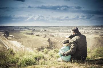 Deutschland, Sachsen, Schleenhain, Vater zeigt Sohn Braunkohlenbergbau