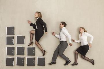 Geschäftsleute treten auf Treppe von Aktenordner